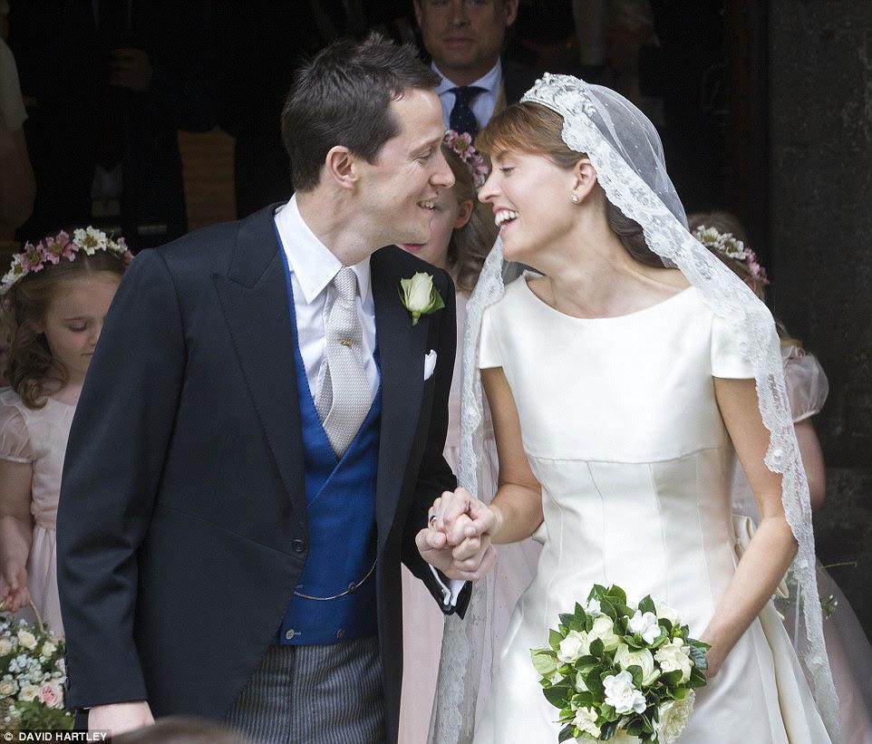 É sorrisos todo para o casal feliz Alexandra Knatchbull e Thomas Hooper como eles se inclinar para um beijo após seu casamento