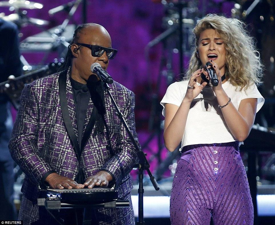 dupla improvável: O cantor lendário foi acompanhado por Tori Kelly