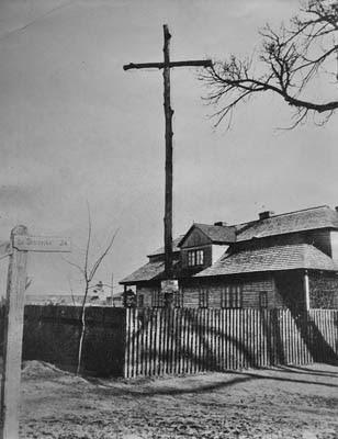 Końskie, lata dwudzieste XX wieku - krzyż drewniany upamiętniający straconych powstańców