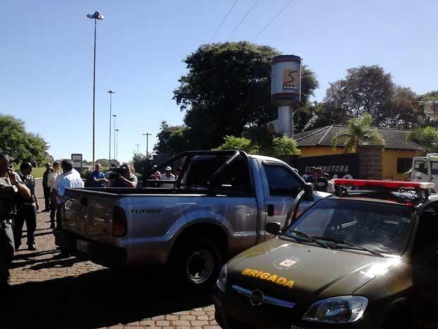 Policiais se mobilizaram para negociar com assaltantes que fizeram reféns no interior do RS (Foto: Fabio Lehmen/RBS TV)