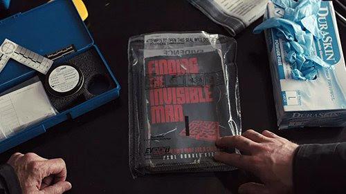 """Na casa de Bob, Loki examina um livro chamado """"Encontrar o Homem Invisível"""", que foi escrito por um ex-agente do FBI."""