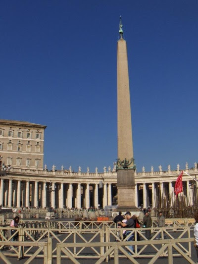 http://hikmatun.files.wordpress.com/2009/09/obelisk-at-vatican-city.jpg