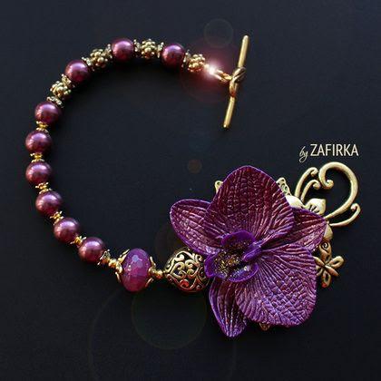 Браслет `Лиловая стрекоза`. ркий браслет ручной работы с лиловой орхидеей из полимерной глины с перламутровым покрытием. В композиции также: ограненая бусина натурального тонированного агата и первоклассного качества полированные жемчужины.