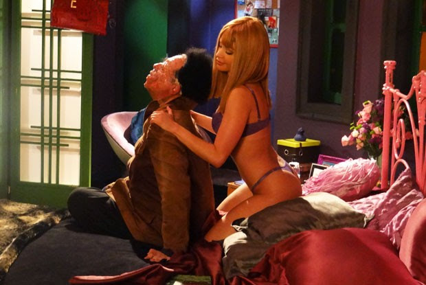O programa tem direito até a Maria fazendo massagem em um zumbi (Foto: Casseta e Planeta Vai Fundo/TV Globo)
