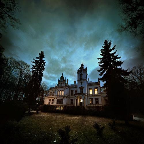 palac pod zileona goara in 22 Impressive Examples of Dark Photography