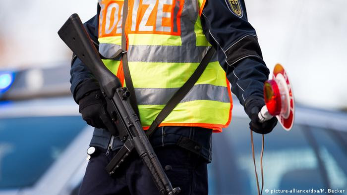 Deutschland Grenzkontrolle bei Aachen (picture-alliance/dpa/M. Becker)