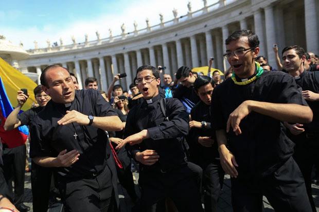 Padres dançam enquanto esperam a canonização dos Papas (Foto: Tony Gentile/Reuters)