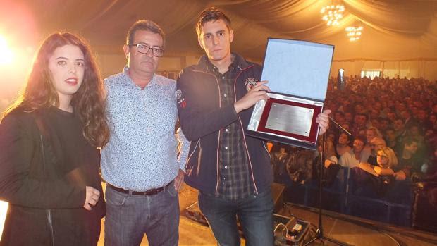 Familiares de Gata Cattana reciben una placa del Ayuntamiento de Adamuz