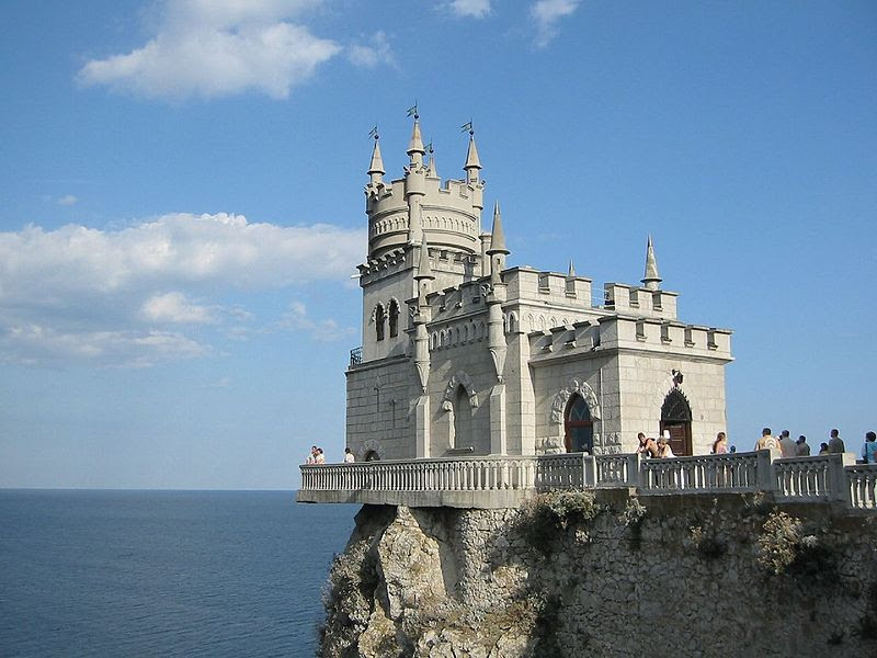 File:The Swallow's Nest castle on the Aurora cliffs of cape Ai-Todor (2005-09-229).jpg