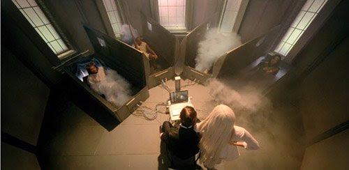 Gaga entra en una habitación que contiene cuatro tumbas conectados a un ordenador.  De ellas surgirán Jesucristo, Gandhi y Michael Jackson.
