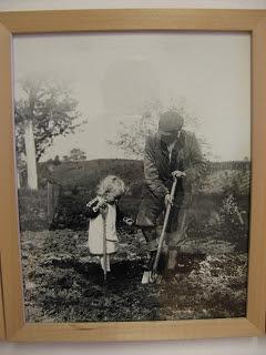 Hesse mit Sohn im Garten fotografiert im Hoeri-Museum Gaienhofen Maria Mail-Brandt