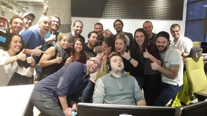 Jovem dorme no seu segundo dia de trabalho, colegas tiram foto divertida e imagem se torna meme na web