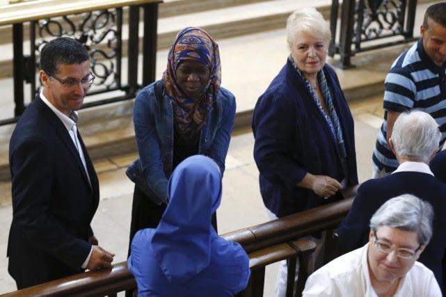 Plus d'une centaine de musulmans étaient dans la... (PHOTO CHARLY TRIBALLEAU, AGENCE FRANCE-PRESSE)