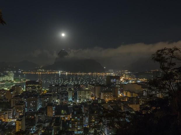 'Lua azul' na Praia de Botafogo, no Rio (Foto: Marcello Cavalcanti)