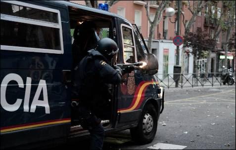 Un policía dispara una pelota de goma en las inmediaciones del Congreso de los Diputados el 25-A.