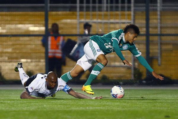 O zagueiro Flávio Boaventura, no seu retorno à equipe, não conseguiu segurar o ataque do Palmeiras e falhou no primeiro gol
