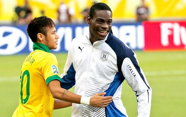Neymar e Balotelli jogo Brasil Itália (Foto: AP)