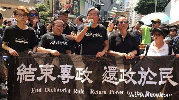 """2019年10月1日是中共建政日70周年,香港民阵号召国殇游行被驳回,但是民主派以个人名义承接下来。此外,网民们也发起了""""十一国殇遍地开花集会"""""""