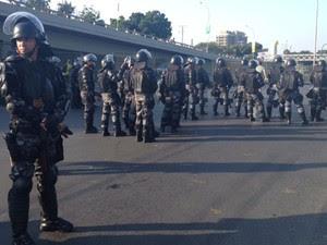 Tropa de Choque fecha a Radial Oeste e impede a chegada de manifestantes (Foto: Luis Bulcão/G1)