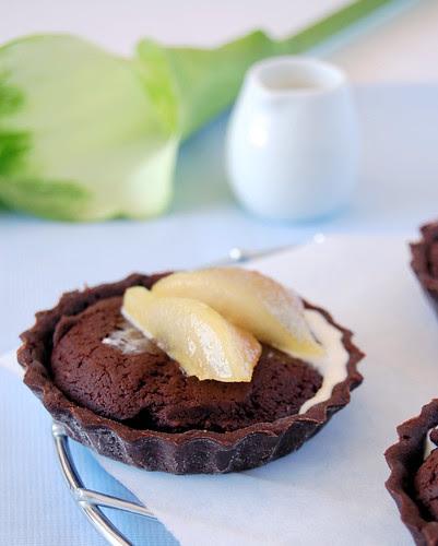 Pear and chocolate fudge tartlets / Tortinhas de fudge de chocolate com pêra