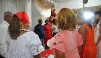 Pastora visita terreiro de candomblé em encontro ecumênico e faz preces com mãe de santo