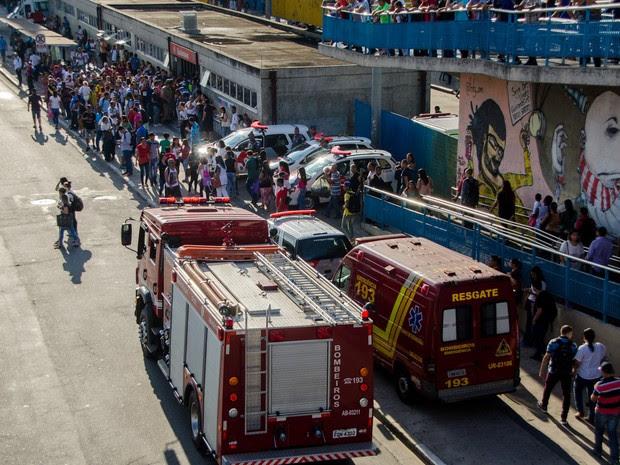 Ambulâncias e viaturas da polícia e do corpo de bombeiros são vistas na estação Guaianases, da CPTM, na zona leste de São Paulo, após suspeita de bomba (Foto: Gero/Estadão Conteúdo)