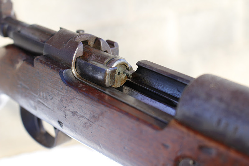 http://www.nssfblog.com/firstshotsnews/wp-content/uploads/2015/02/Mauser-Bolt-Face-showing-large-extractor-for-controlled-round-feed1.jpg