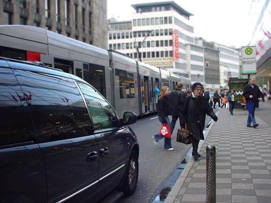 Auf Welcher Seite Ist Eine Straßenbahn Zu überholen Die In Der Mitte Fährt
