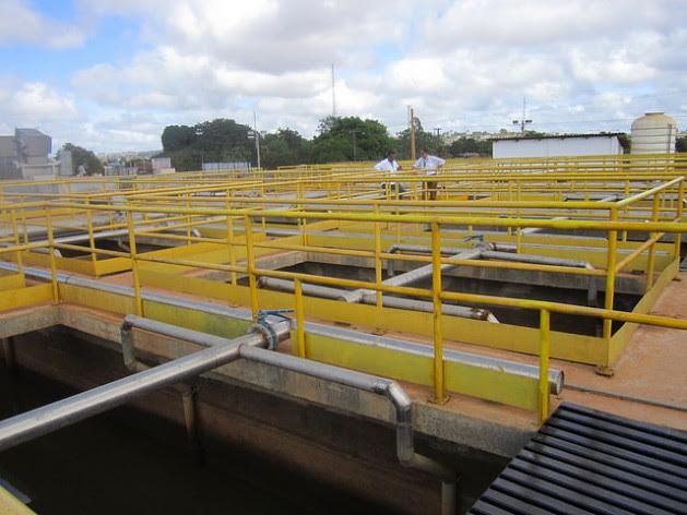 A estação de tratamento de água de Altamira, praticamente inativa, porque o encanamento, instalado há dez meses nas ruas desta cidade de 140 mil habitantes, não foram conectados aos imóveis. Altamira fica a 50 quilômetros da hidrelétrica de Belo Monte, na Amazônia brasileira. Foto: Mario Osava/IPS