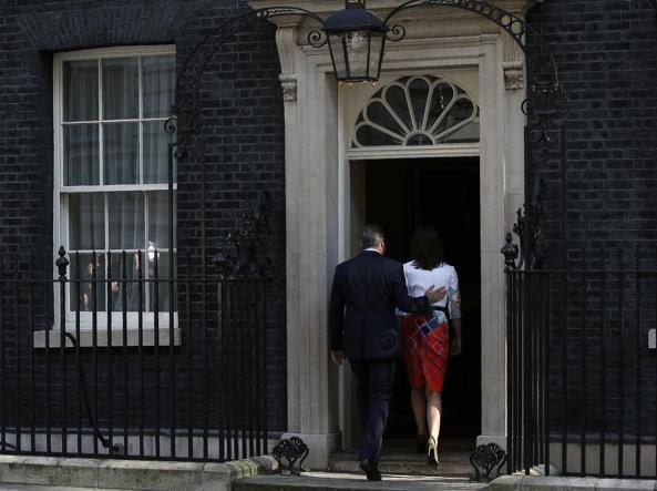 David Cameron e la moglie Samantha rientrano al 10 di Downing Street dopo il discorso del premier britannico