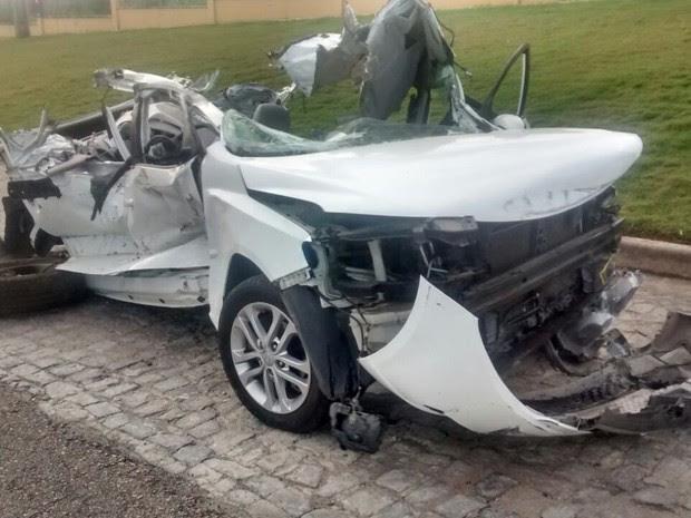 Carro ficou completamente destruído após acidente na BR-232 (Foto: Divulgação/PRF)