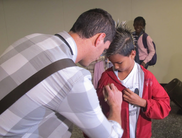 Desembarque Selecao - Thiago Neves autografa camisa de um torcedor (Foto: Richard Souza/Globoesporte.com)