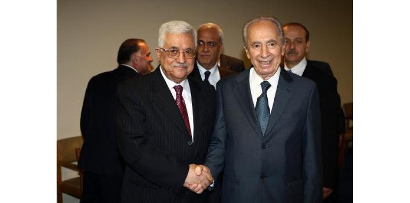 Les présidents palestinien Mahmoud Abbas et israélien Shimon Peres le 26 septembre 2008 à New York (c) Afp