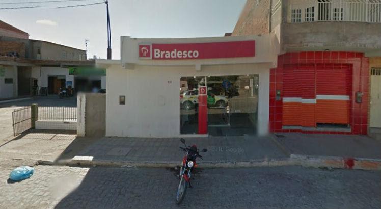 Todos os suspeitos estavam armados e tentaram acessar o cofre, mas não conseguiram / Foto: Reprodução/Google Street View