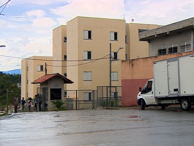 Menino de 12 anos cai de apartamento no 4º andar de prédio  (Foto: Reprodução/TV Vanguarda)