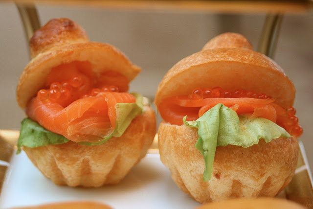 Smoked salmon with roe on brioche