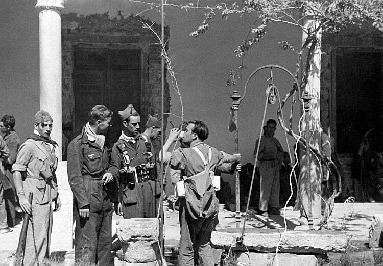 Milicianos en el Convento de Santa Fe. Fotografía de Vincent Doherty. Arxiu comarcal de L´alt Penedés