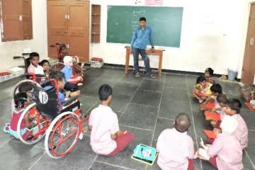 Obaiah, el primer alumno de la escuela para ciegos, ahora es profesor del programa de discapacidad de Vicente Ferrer.