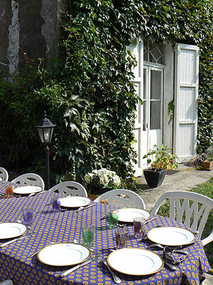 table dressée au jardin 2.jpg