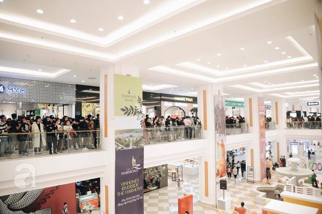Tới trưa lượng khách vẫn đổ về H&M, quầy thanh toán xếp hàng dài - Ảnh 9.