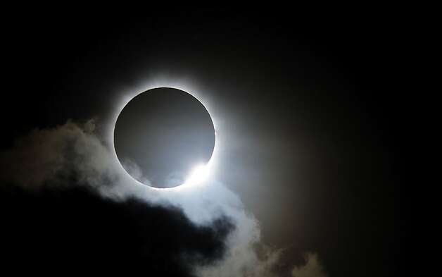 Near totality is seen during the solar eclipse at Palm Cove on November 14, 2012 in Palm Cove, Australia. Thousands of eclipse-watchers have gathered in part of North Queensland to enjoy the solar eclipse, the first in Australia in a decade. Photo: Ian Hitchcock, Getty Images / SF
