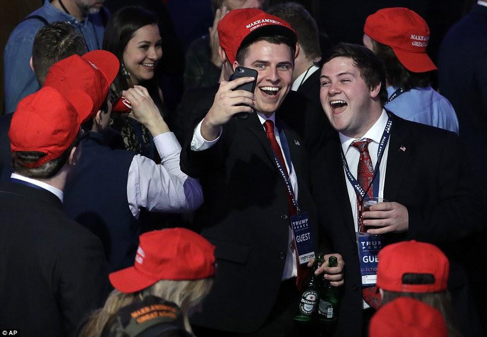 selfie vitória: Dois apoiantes Trump 'posou para fotos alegres - na HQ eleição Clinton seus homólogos chorou