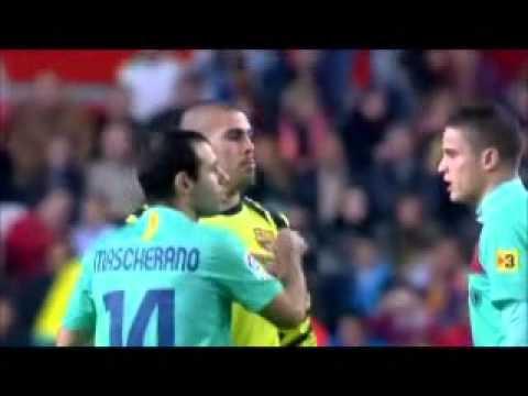 video que muestra como no se entienden unos jugadores de futbol