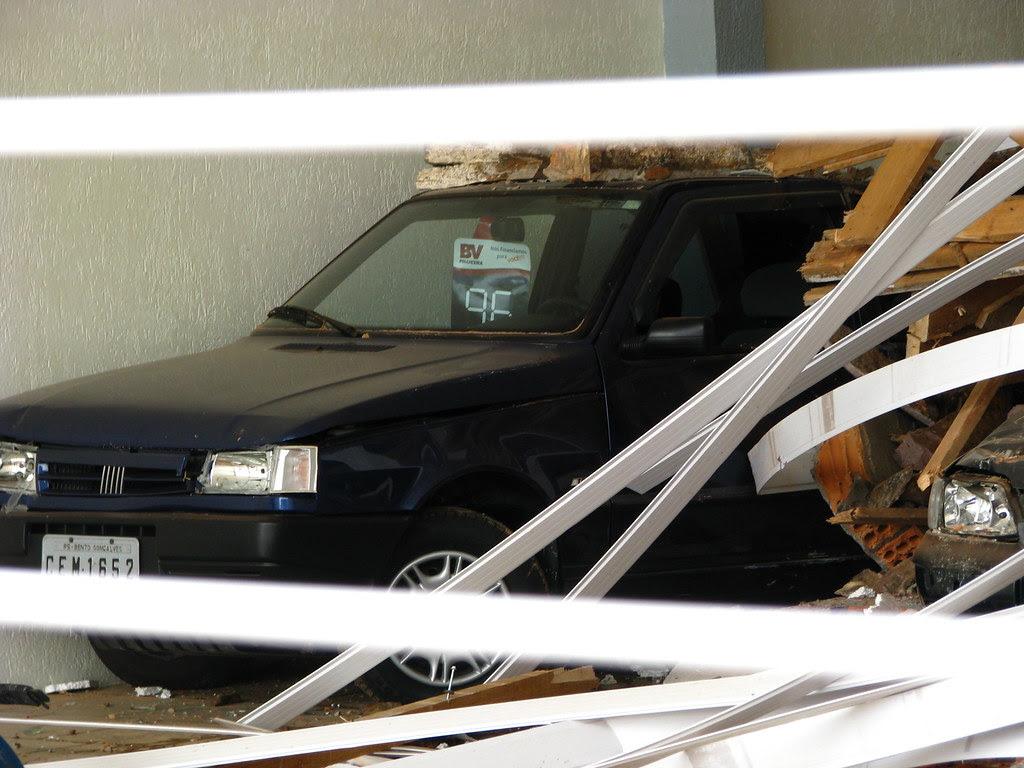 Dois carros soterrados pelo prédido desabado
