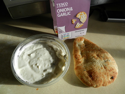 Toasted naan bread with onion & garlic dip