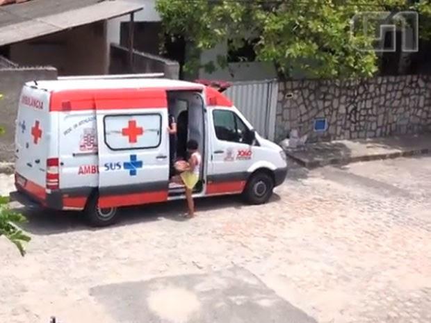 Ambulância de João Pessoa é flagrada transportando bolo e refrigerante (Foto: Arquivo Pessoal/G1)