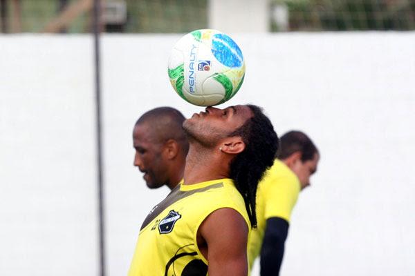 Dênis Marques, com a bola, pode formar dupla de ataque do ABC com o artilheiro Rodrigo Silva