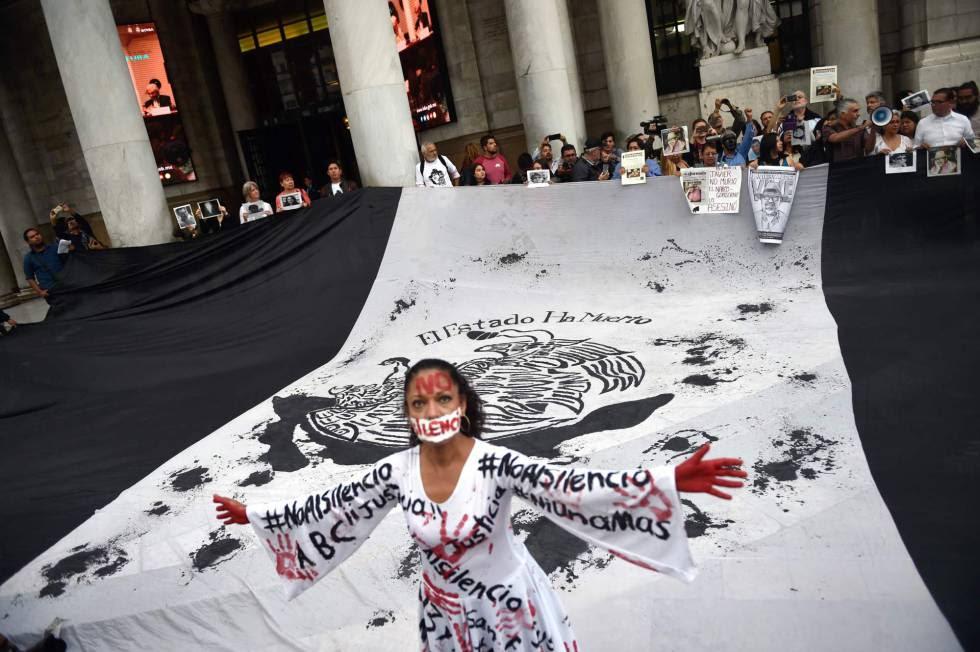 Periodistas protestan tras cumplirse un mes del asesinato de Javier Valdez.