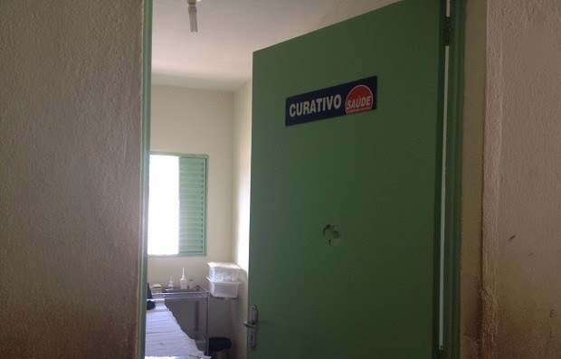 Marca na porta mostra local esmurrado por paciente que se revoltou com demora no atendimento (Foto: Micaelle Morais/G1)