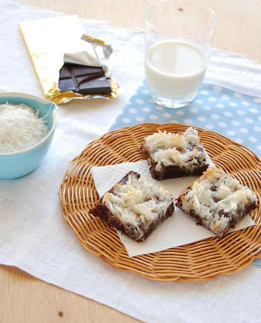 Lacy coconut topped brownies / Brownies com cobertura de cocadinha